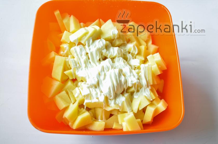 солим, перчим картофель, добавляем майонез