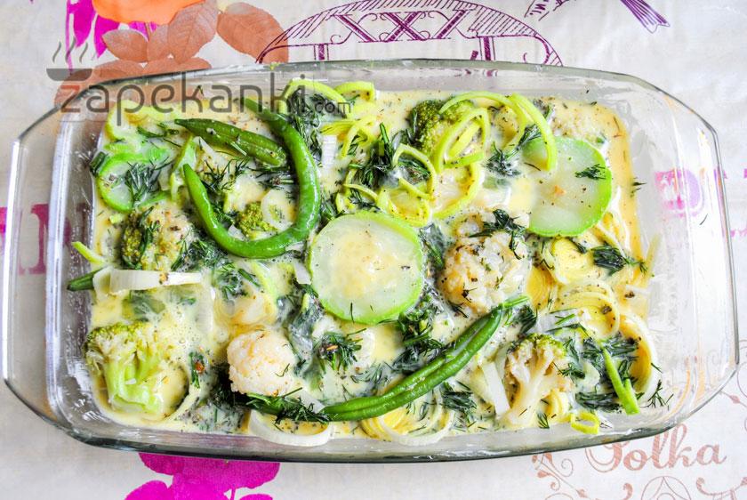 залить овощи яичной смесью