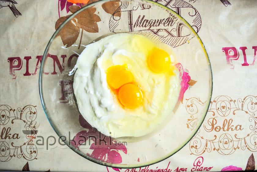 выложить сливочный сыр с яйцами