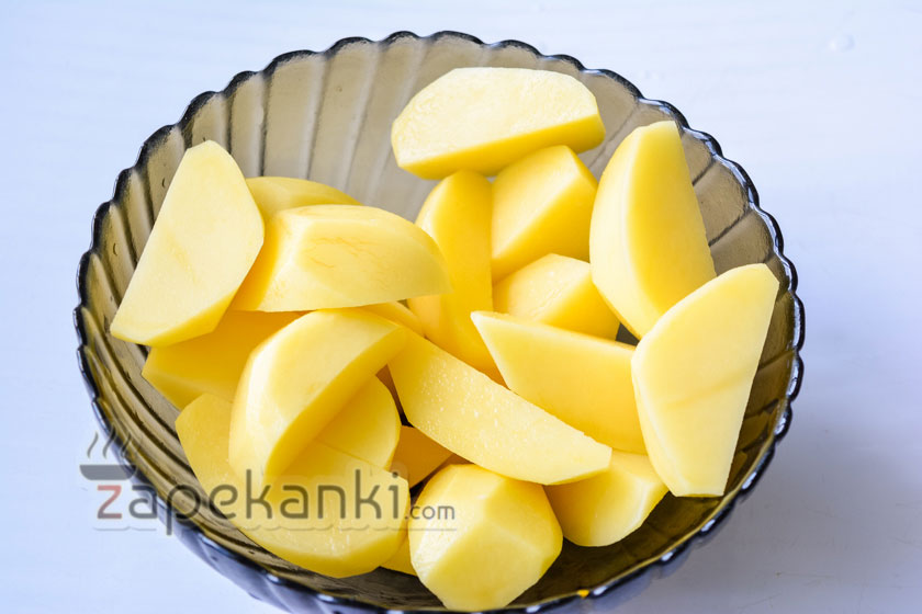 нарезаем картофель на четвертинки