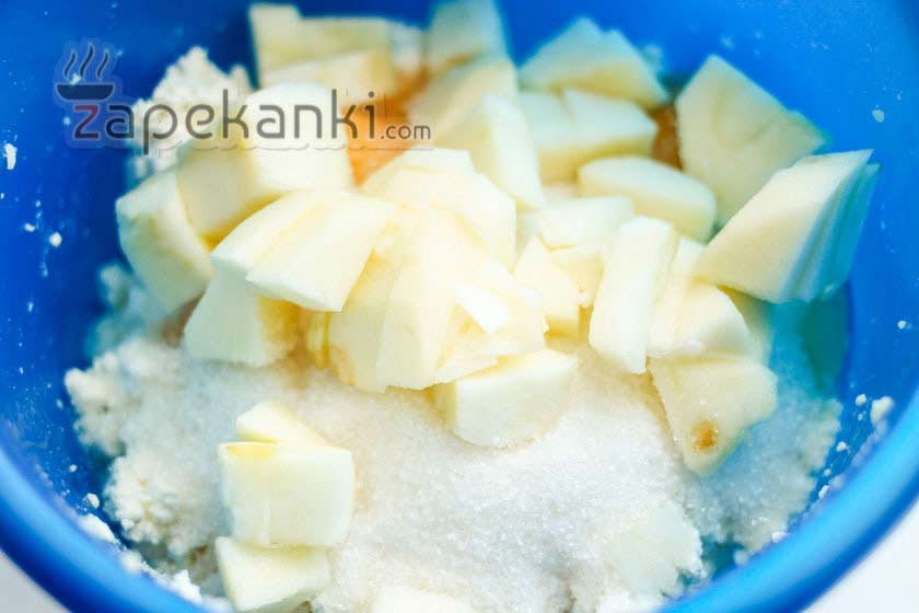 Нарезаем яблоко и добавляем в миску
